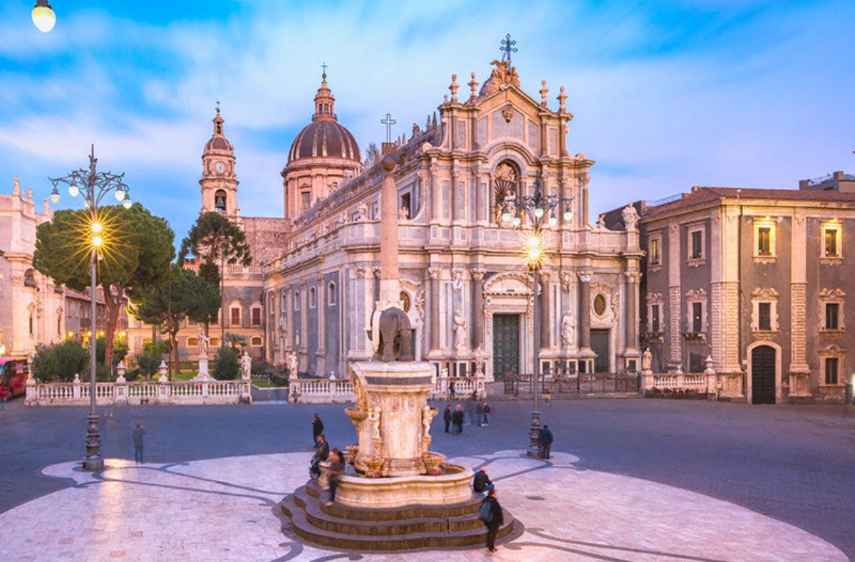 Piazza Duomo in Catania zu Besuch in einer Gruppe in Sizilien
