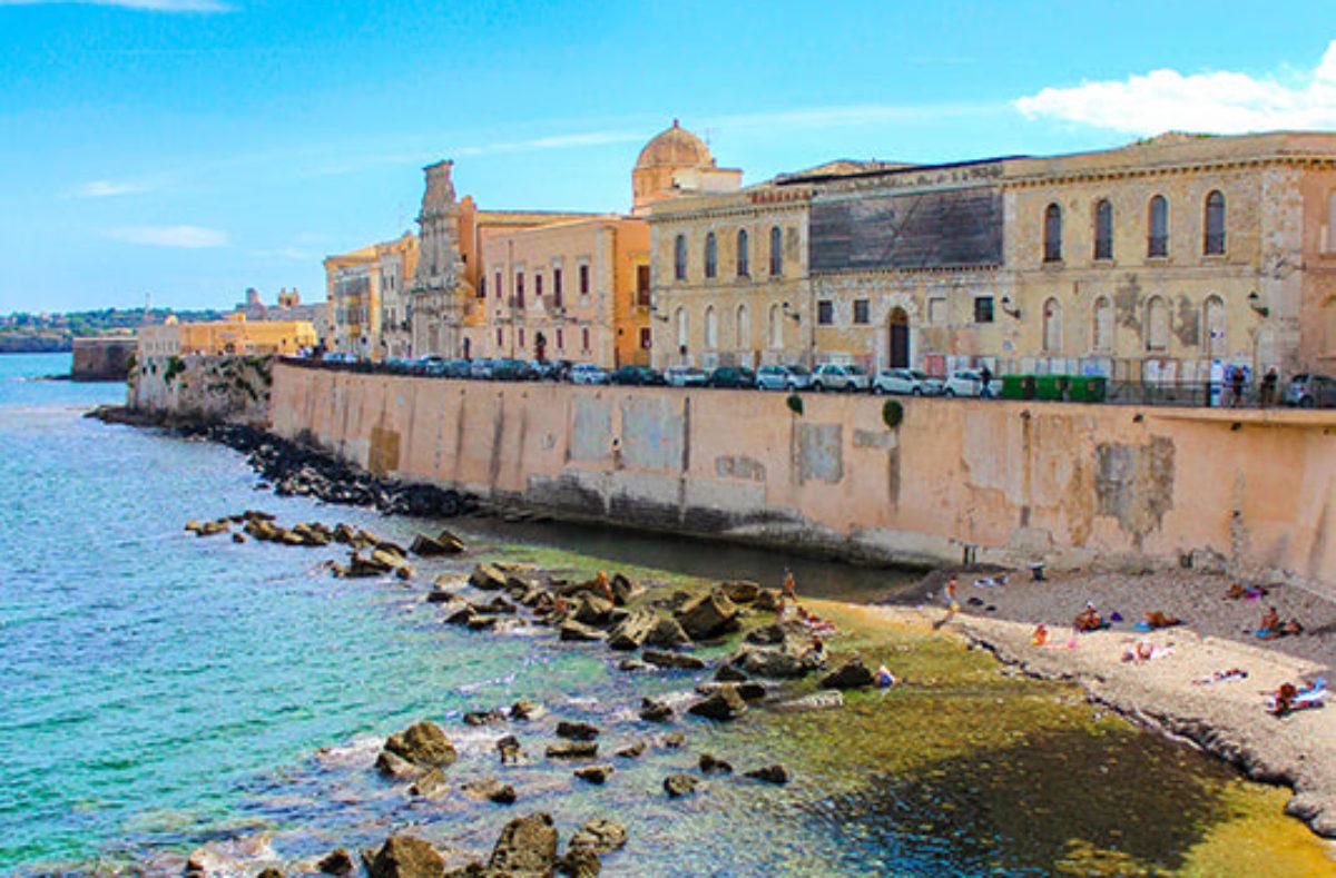Besuch der Bucht von Syrakus während einer Gruppenreise nach Sizilien