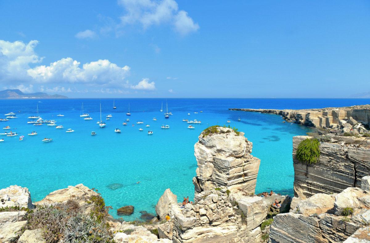 Blick auf das schöne kristallklare Meer der Insel Favignana in Sizilien