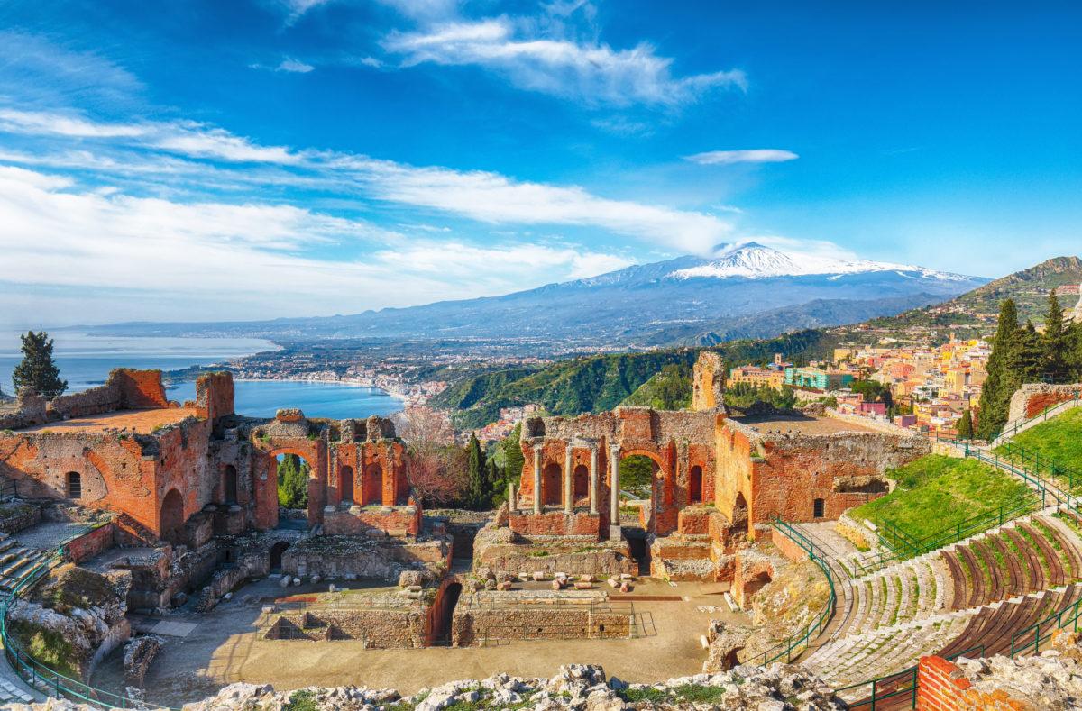 Griechisches Theater in Taormina, Vulkan Ätna im Hintergrund