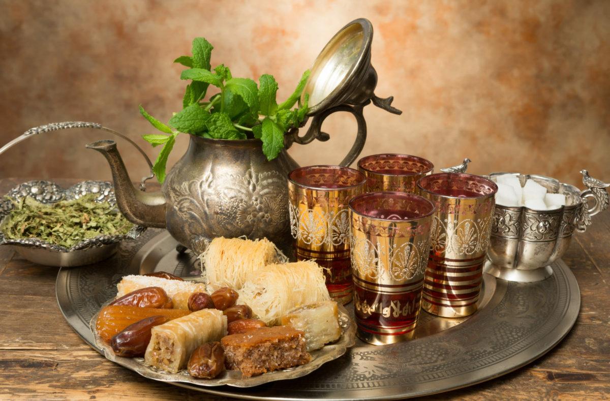 Marokkanischer Tee und Honigkekse während einer Reise nach Marokko