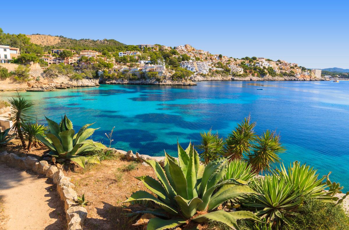 Meerblick, Stranddorf mit azurblauem Wasser, Cala Fornells, Insel Mallorca
