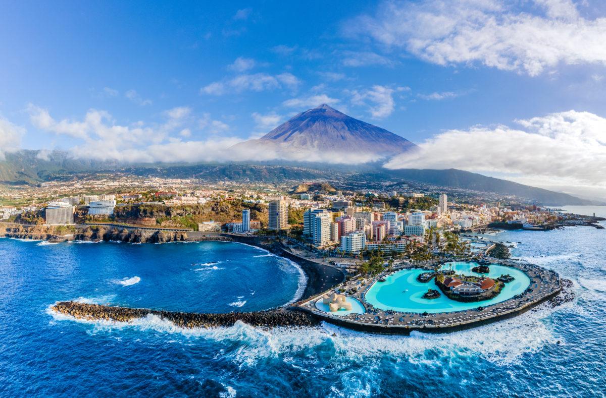 Puerto de la Cruz, Hintergrund Vulkan Teide, Insel Teneriffa, Spanien