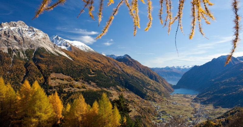 Herbstlandschaft in der Natur des Poschiavo-Tals in Graubünden