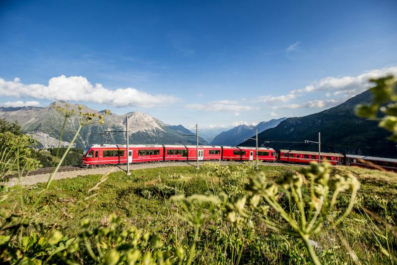 Rhätische Bahn beim Viadukt in Alp Grüm mit der Valposchiavo im Hintergrund bernina