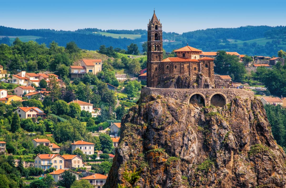 Kapelle Saint Michel d'Aiguilhe auf einem Felsen in Le Puy en Velay