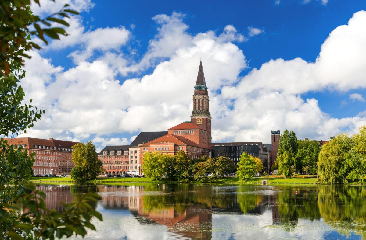 Innenstadt von Kiel mit Rathaus, Opernhaus und Kieler Klein