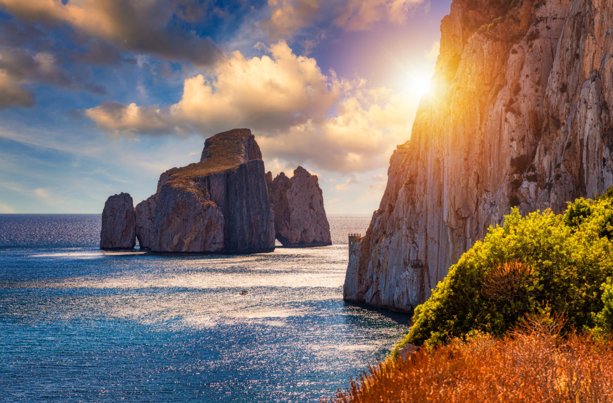 """Hohe Klippen an der Mittelmeerküste, """"Pan di Zucchero"""" in Masua, Westküste Sardiniens"""
