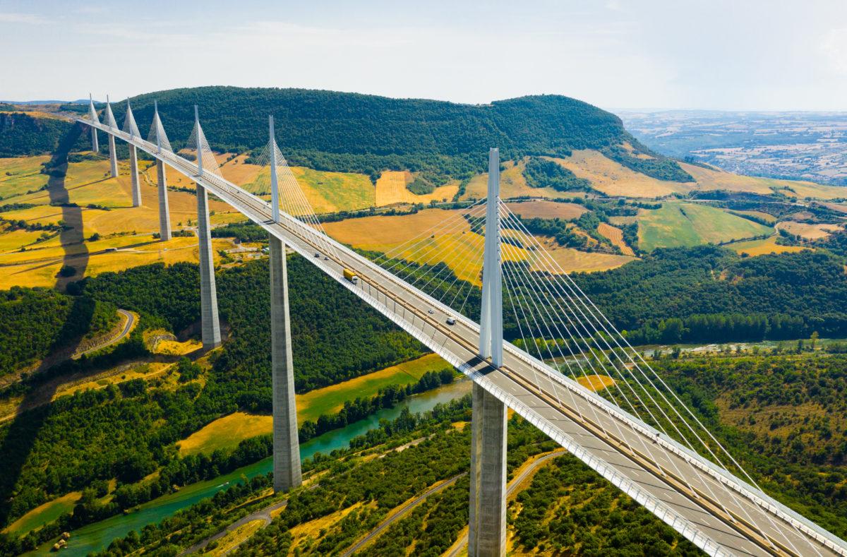Viadukt von Millau über das Tal des Flusses Tarn in Südfrankreich