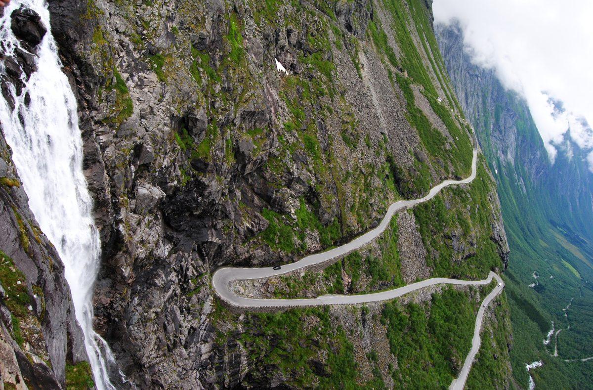 Blick auf die Straße Trollstigen in Norwegen, mit den Wasserfällen