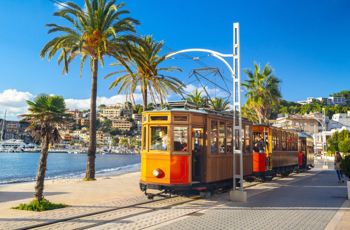 Orangefarbene Straßenbahn von Soller nach Port de Soller, Mallorca