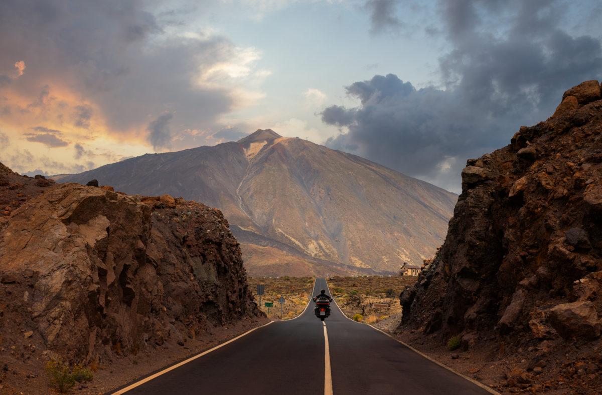 Gerade und hügelige Straße zum Teide